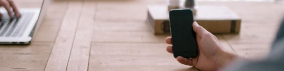 Mobiele applicatie aan tafel met u samen bespreken